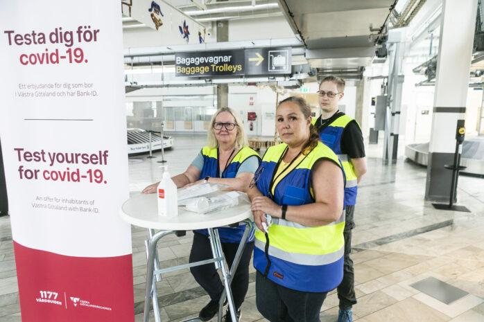 Anette Staaf, Madelene Almeida och Edward Rosén från Förstärkningsgruppen delar ut coronatest på Landvetter flygplats.