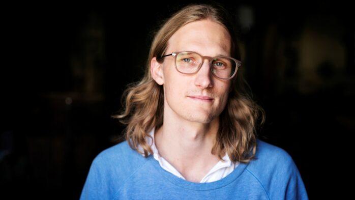 Komikern Marcus Berggren, som studerade i Ale gymnasium, har många bollar i luften. Bild: Pressfoto.
