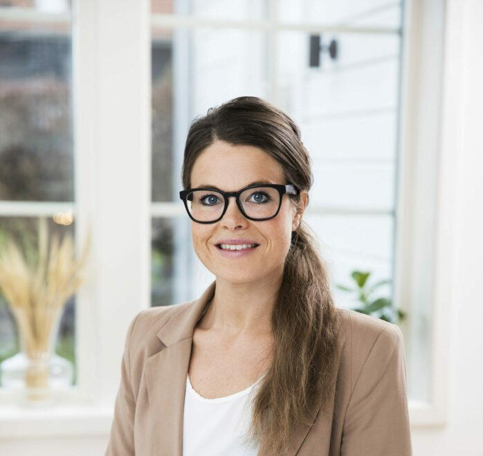 Emma Walther, fastighetsmäklare på Fastighetsbyrån tycker att en stor fördel med att arbeta som mäklare är att kunna styra sin egen tid. © Emmy Jonsson