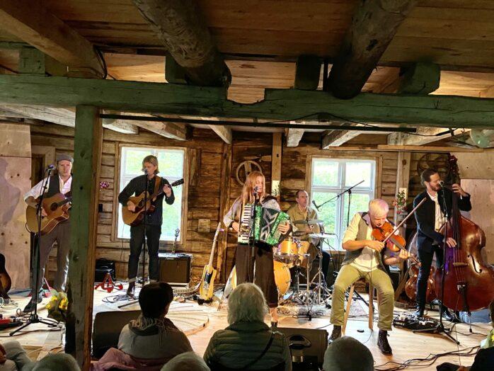 West of Eden gästade Kultur på Mauritzberg i lördags där de tolkade Evert Taubes låtskatt.