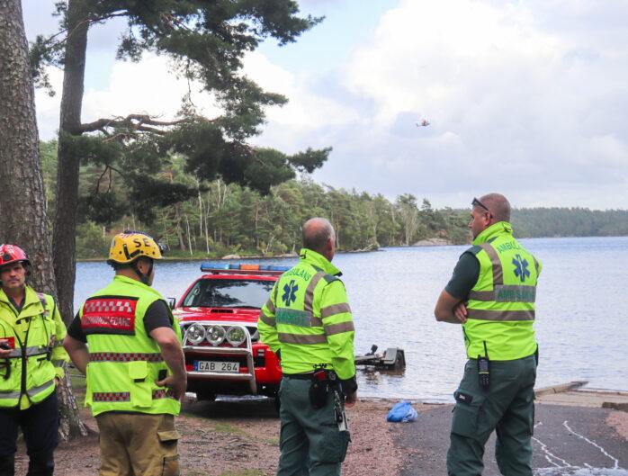 En kanot med tre ungdomar välte på Surtesjön, men räddades av räddningstjänsten. Bild: Christer Grändevik