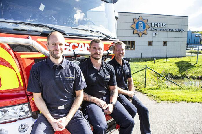 Välkomnar kollegor till Bohus Räddningstjänstförbund gör Kristoffer Säwström, Michael Strigelius och Daniel Norlander. Sista ansökningsdag för nya deltidsbrandmän i Ale är den 5 september.