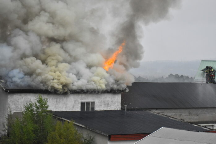 Det brinner just nu i en industrilokal i Kollanda. Bild: Blåljus Ale.