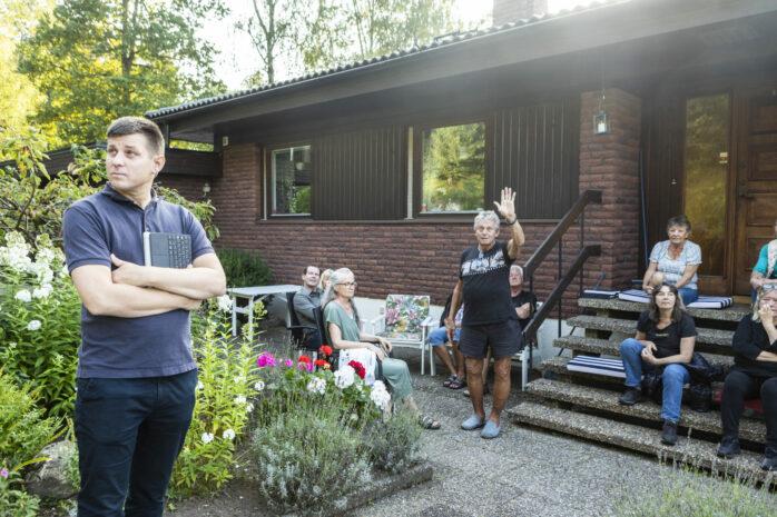 Skeppsviken Fastighet AB vill bygga bostäder på berget vid Bräckans väg. Tankarna på ett högt flerbostadshus har rört upp känslorna i grannskapet som i torsdags hade bjudit in Johan Nordin, förste vice ordförande i Samhällsbyggnadsnämnden, till ett möte.