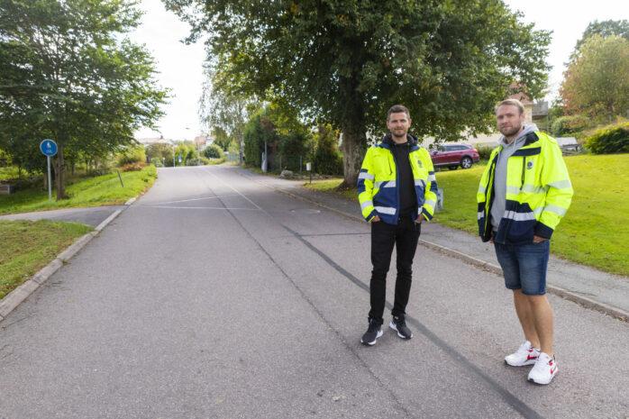 Ett vägarbete på Ivar Arosenius väg och korsningen till Trädgårdsvägen tar sin början nästa vecka. Här ses Christian Keijser och Linus Lindholm från gata/park i Ale kommun som projektleder arbetet för infrastrukturavdelningen.