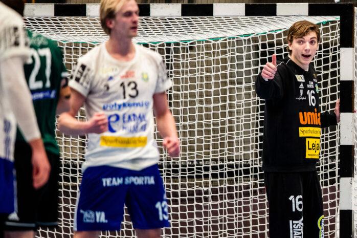 Tummen upp från Erik Hvenfelt, som trivs med livet i Ystad. Handbollsmålvakten från Nödinge siktar nu på att ta ett efterlängtat SM-guld. Bild: Mathilda Ahlberg/Bildbyrån