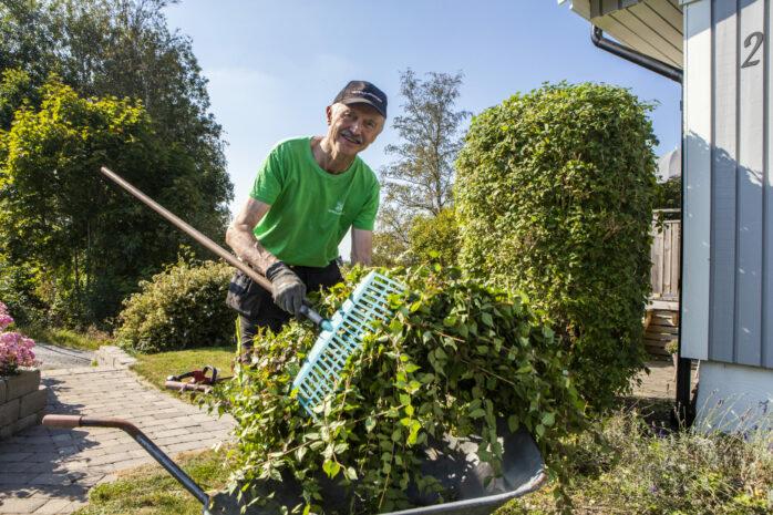 Jan-Olof Johansson trivs med sitt jobb inom Veteranpoolen. Här utför han trädgårdsarbete för en kund i Älvängen.