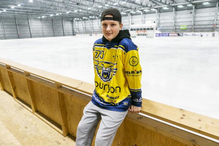 Adrian Kristiansson gjorde sitt första A-lagsmål för Surte BK som 14-åring.