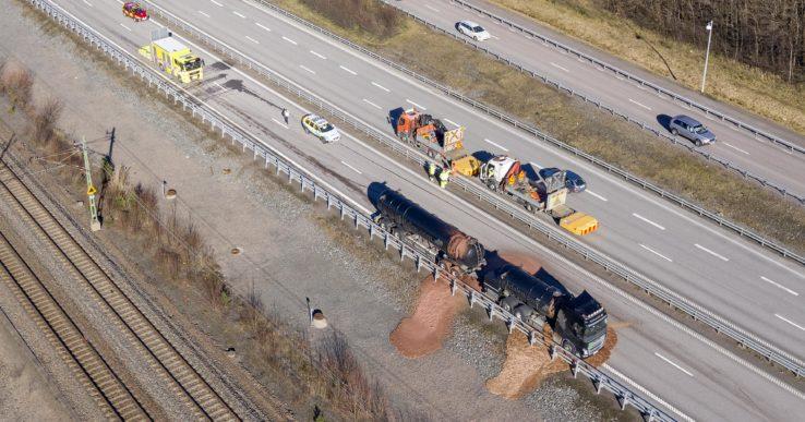 Tankbil läcker slaktavfall på E45